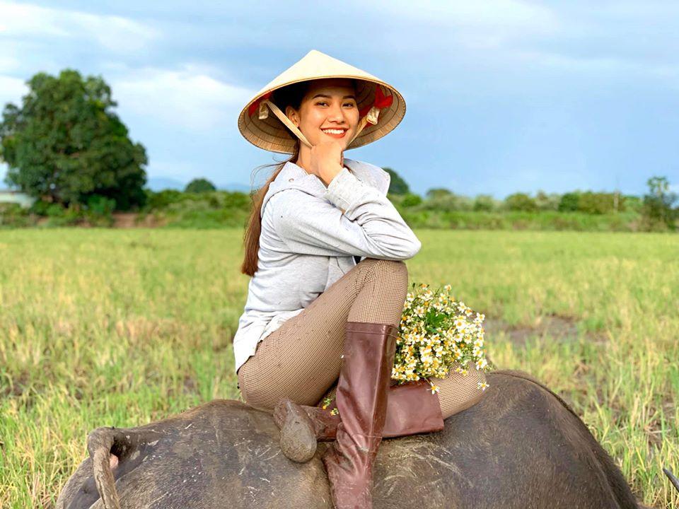 Người mẫu Việt gợi cảm, nổi tiếng về quê chăn trâu phụ giúp gia đình là ai? - 1