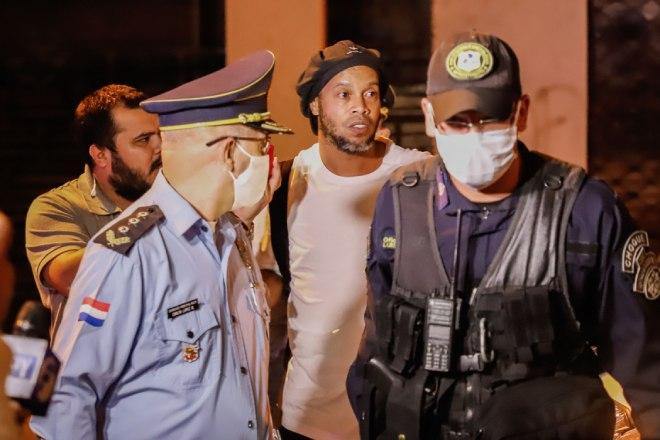 Ronaldinho ra tù: Bạn tù khóc như mưa, mở tiệc chia tay linh đình - 1