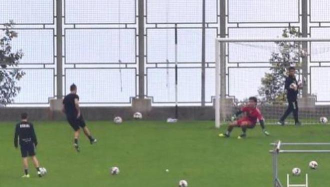 """Ronaldo bất ngờ """"trốn"""" cách ly ra sân tập luyện, bị sếp lớn chỉ trích - 1"""