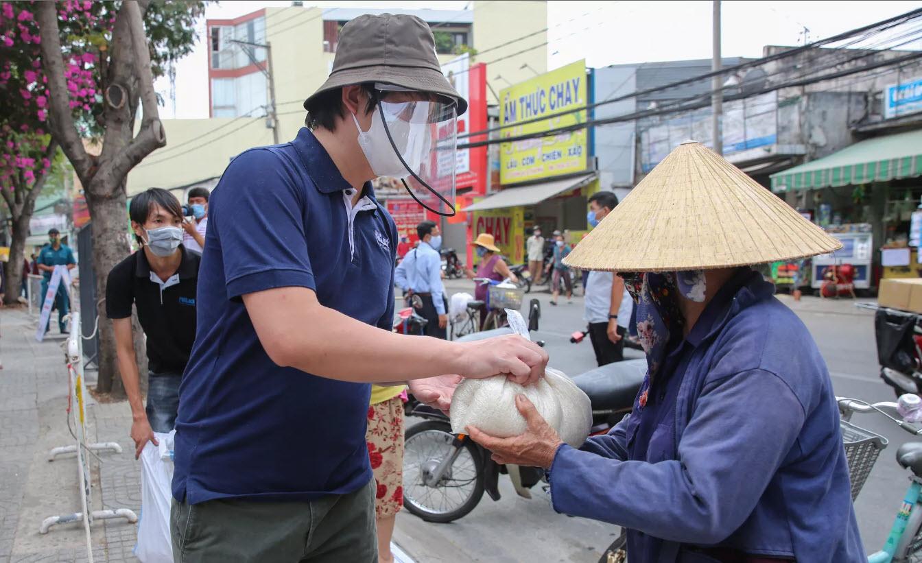 """[eMagazine] """"Bí mật"""" của Hoàng Tuấn Anh - ông chủ """"ATM gạo"""" từ thiện đình đám - 12"""
