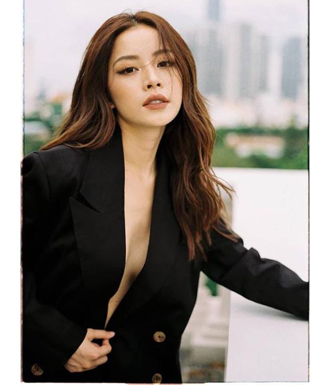 """1. Kiểu mốt không cài cúc: Kể từ khi chuyển hướng làm ca sĩ, Chi Pu thay đổi nhiều trong phong cách thời trang, từ một hot girl mặc """"bánh bèo"""" trở thành mỹ nhân ăn vận sexy, táo bạo. Trong đó, cô từng thử qua kiểu mốt áo vest không kèm nội y được nhiều sao ngoại lăng xê."""