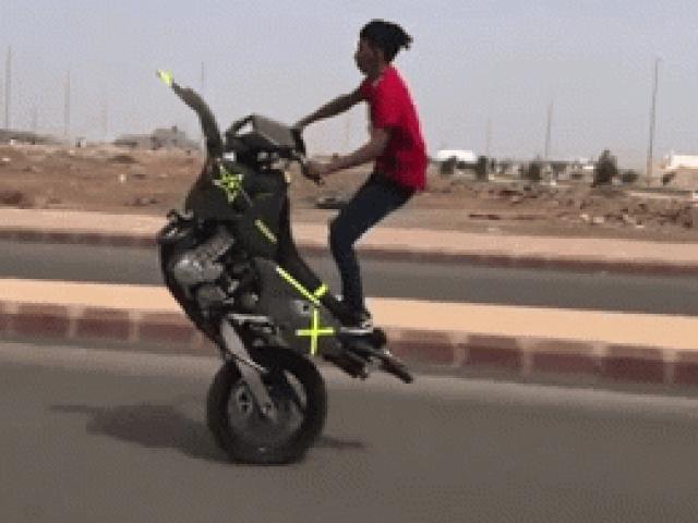 Video: Đùa giỡn tử thần, thanh niên tháo bánh trước xe bốc đầu phi nước đại