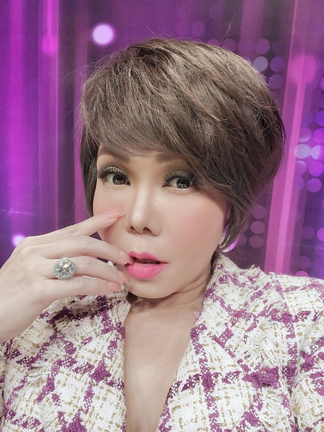 Việt Hương gây chú ý trên ghế giám khảo một chương trình khi đeo chiếc nhẫn kim cương 8 carat, có giá thị trường là 240.000 USD (5,5 tỷ đồng). Đây là chiếc nhẫn cô thường xuyên đeo trên tay.