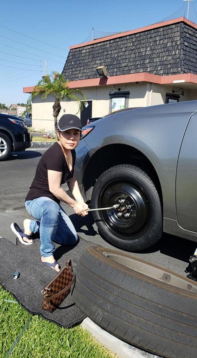Vợ chồng Việt Hương cũng sở hữu vài ba chiếc xe đắt tiền. Trên mạng xã hội, cô thỉnh thoảng chia sẻ ảnh đang sửa xe ở Mỹ.