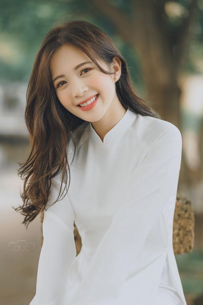 Cựu hot girl ĐH Sư phạm đẹp hút hồn trong tà áo dài trắng tinh khôi - 1