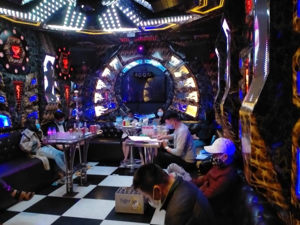 """Nhiều nam nữ """"mở tiệc"""" ma túy trong quán karaoke giữa mùa dịch Covid-19 - 1"""