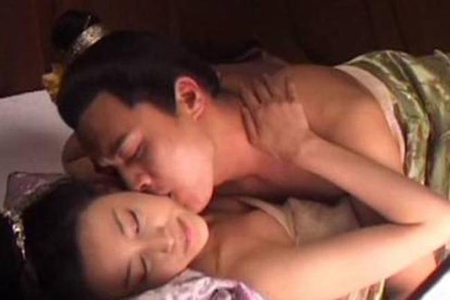 """Trong """"Tân Thủy hử"""" (2011), Can Đình Đình (Phan Kim Liên) và Đỗ Thuần (Tây Môn Khánh) có nhiều cảnh quay nóng bỏng. Với một tác phẩm nổi tiếng như """"Thủy hử"""", việc xuất hiện nhiều cảnh giường chiếu táo bạo được cho là không phù hợp. Hơn nữa, một lý do khiến các nhà làm phim e ngại vì tác phẩm được trình chiếu trên màn ảnh nhỏ và có nguy cơ bị Tổng cục Điện ảnh """"sờ gáy"""", nhà sản xuất đã tự động xóa bỏ những cảnh quay nóng bỏng của Can Đình Đình và bạn diễn. Nam diễn viên họ Đỗ cho biết, anh cảm thấy tiếc khi biết cảnh nóng của mình bị cắt: """"Có tới 38 phút cảnh nóng của chúng tôi bị cắt bỏ, thật là phí công diễn xuất của tôi và Can Đình Đình""""."""