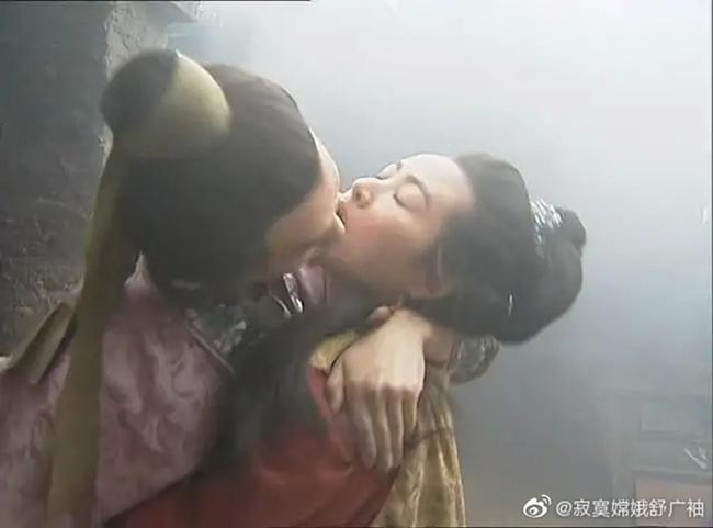 """Vương Tư Ý đảm nhận vai Phan Kim Liên trong """"Thủy hử"""" 1998. Đây được coi là phiên bản kinh điển và thành công nhất trong lịch sử điện ảnh Trung Quốc. Trong phim, người đẹp xứ Đài có một cảnh hôn táo bạo với Tây Môn Khánh (Lý Cường). Vương Tư Ý chia sẻ, cô rất xấu hổ khi diễn cảnh hôn với Lý Cường. Do không khéo léo, lại vụng về, nam diễn viên vô tình siết chặt cổ Vương Tư Ý khiến cô bị thương. Nhận thấy phân cảnh của họ không tự nhiên, đạo diễn đã yêu cầu cả hai diễn lại. Do dùng lực khá mạnh, Lý Cường va vào mũi của Vương Tư Ý khiến cô bị đau. Sau khi cảnh quay kết thúc, nữ diễn viên đã ngồi xuống bật khóc vì đau đớn."""