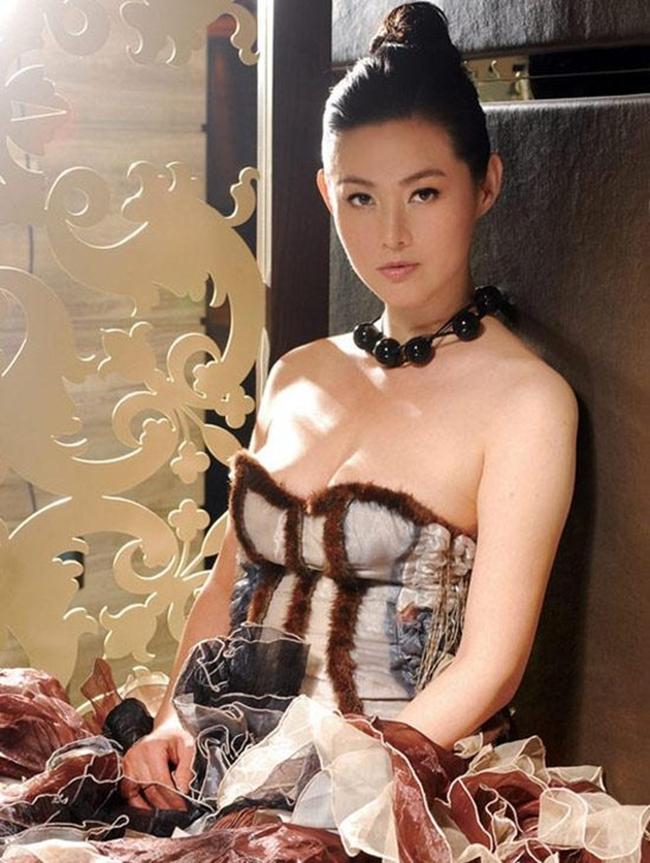 """Vương Tư Ý sinh năm 1972 ở Đài Loan, cô bắt đầu làm mẫu từ năm 13 tuổi. Người đẹp họ Vương gây chú ý nhờ vóc dáng đẹp và đôi chân dài. Năm 17 tuổi, Vương Tư Ý lọt top 10 người mẫu hàng đầu ở Đài Bắc. Nhờ chiều cao ấn tượng, cô được giao cho vai Phan Kim Liên trong """"Thủy hử""""."""