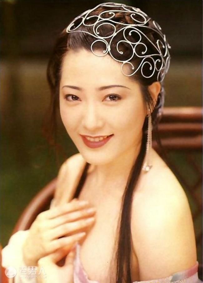 """Dương Tư Mẫn đảm nhận vai Phan Kim Liên trong phim """"Kim Bình Mai"""" 1995. Nhờ nhan sắc xinh đẹp, vóc dáng quyến rũ, nữ diễn viên được nhận xét là Phan Kim Liên đẹp, lẳng lơ và gợi tình nhất."""