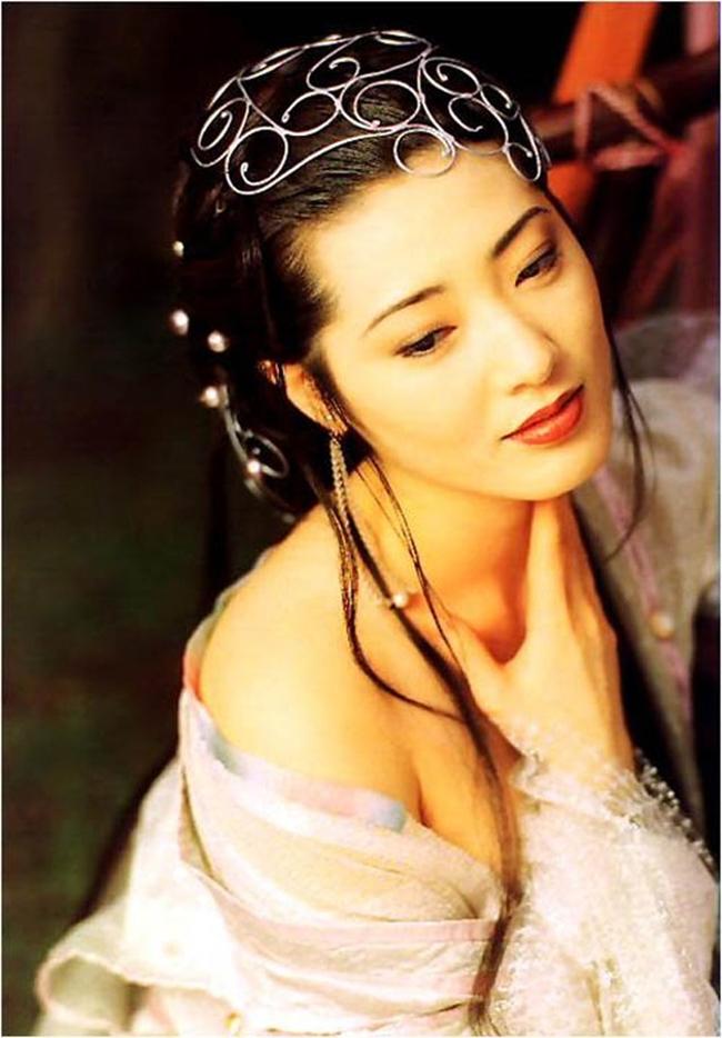 """""""Kim Bình Mai"""" 1995 được dán mác 18+, chính vì thế người đẹp đến từ xứ sở Phù Tang có nhiều cảnh quay nóng bỏng với Tây Môn Khánh. Bộ phim thành công tới mức giúp Dương Tư Mẫn trở thành người tình trong mơ của hàng triệu đàn ông chỉ sau 1 đêm vì thân hình quyến rũ."""