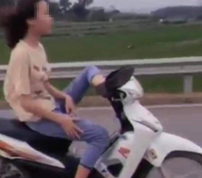 Nữsinh 16 tuổi điều khiển xe máy bằng chân bị công an mời lên làm việc - 1