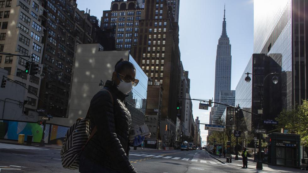 """Covid-19 Mỹ: Tử vong cao nhất trong 24 giờ, ông Trump nói đã qua """"đỉnh"""" về số ca nhiễm - 1"""