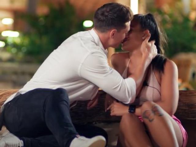 """Không hôn, không """"đụng chạm"""" để kiếm được 2.3 tỷ khi hẹn hò"""