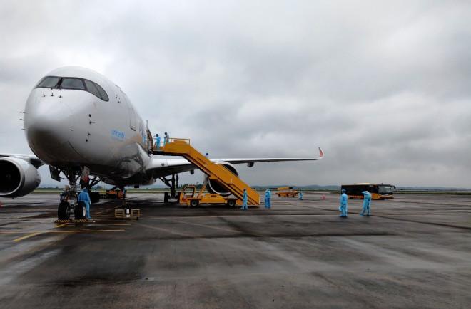Chuyến bay chở 308 kỹ sư Hàn Quốc hạ cánh tại sân bay Vân Đồn - 1