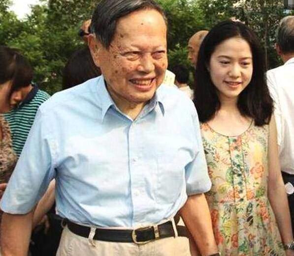 """Lấy vợ kém 54 tuổi, giáo sư 97 tuổi tiết lộ bí quyết hạnh phúc nhờ chuyện """"chăn gối"""" - 1"""