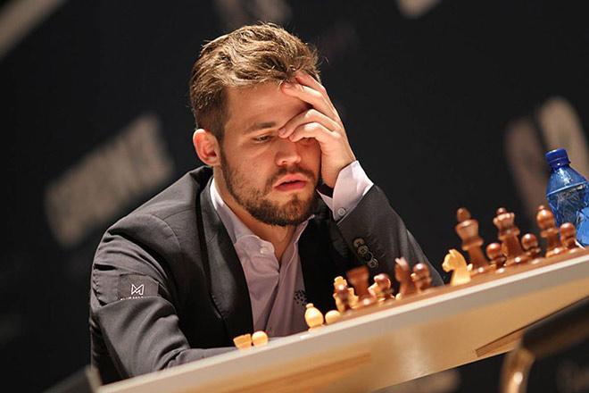 Vua cờ Carlsen tức giận vì 2 lần thua ở giải 8 đại cao thủ thế giới - 1
