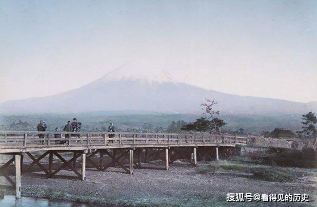 Vào thế kỷ 19, Nhật đang ở trong thời điểm lịch sử có nhiều thay đổi. Hình ảnh ngọn núi Phú Sĩ trắng xóa trên đỉnh đồi xa xa vẫn còn tồn tại cho đến ngày nay.