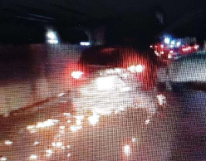 Xe Mazda CX5 gây tai nạn rồi bỏ chạy, cuốn xe đạp điện vào gầm toé lửa - 1
