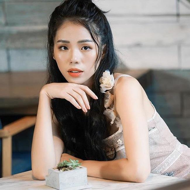 """Ở thời điểm đó, Hương Ly được cộng đồng mạng đặt cho nghệ danh """"thánh nữ cover"""" bởi cô cứ thể hiện ca khúc nào thì clip đó đều đạt view """"khủng"""" và thậm chí còn vượt cả lượt xem của phiên bản gốc."""
