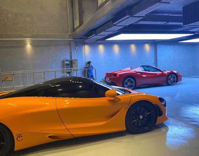 Khi bắt đầu dọn đến ở, Cường Đô lađã ưu ái đặt hai chiếc siêu xe của mình ở vị trí đẹp nhất, đó là chiếc McLaren 720S màu cam và Ferrari 488GTB Spider màu đỏ.