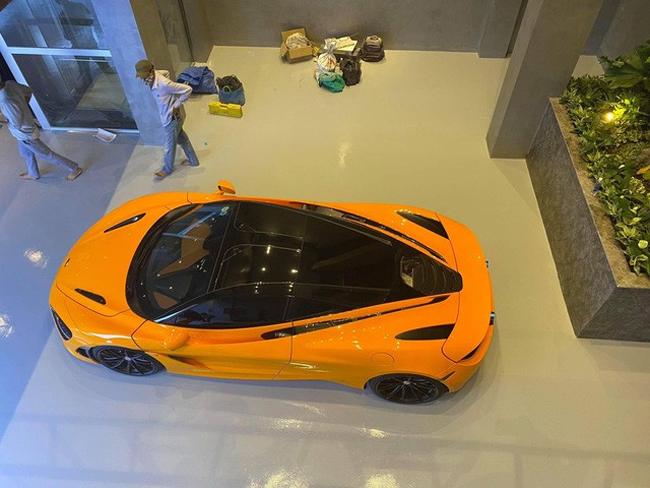 Khu vực tầng 1 cũng chính là garage chứa xe khá rộng có thể để tới 6 chiếc xe.