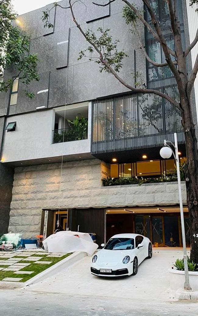 Tên của ngôi nhà được dựa theo một bộ phim nổi tiếng của Hàn Quốc dành cho giới trẻ - Full House (Ngôi nhà hạnh phúc).