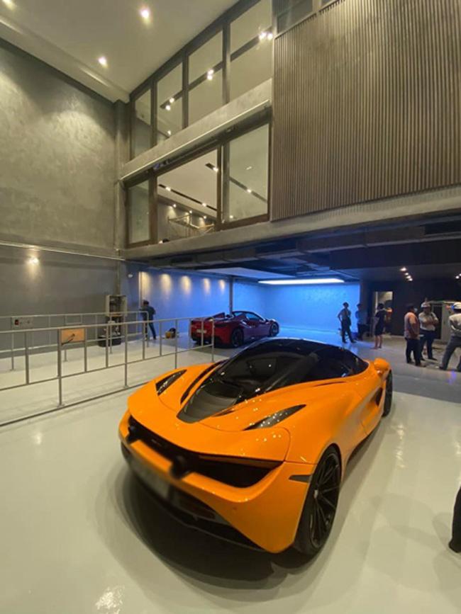 Chỉ bằng vài thao tác điều khiển, cầu nâng sẽ đưa chiếc xe lên vị trí tầng 2.