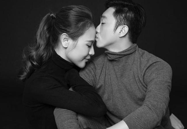 """Sau một năm kết hôn với Cường đô la, Đàm Thu Trang tiết lộ cuộc sống đã có nhiều thay đổi và sự khác biệt lớn nhất lại là điều mà cô không thể ngờ tới. """"Ôi. Cái hồi mà tự tin chụp góc nghiêng vì 2 cái mặt không có bị dính nọng nè. Giờ thì hết dám chụp rồi"""" -Đàm Thu Trang chia sẻ."""