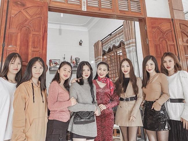 Dịp Tết nguyên đán 2020, Hương Tràm về Việt Nam thăm gia đình. Cô chia sẻ ảnh chụp bên các anh chị em họ trong gia đình ở quê nhà Nghệ An.