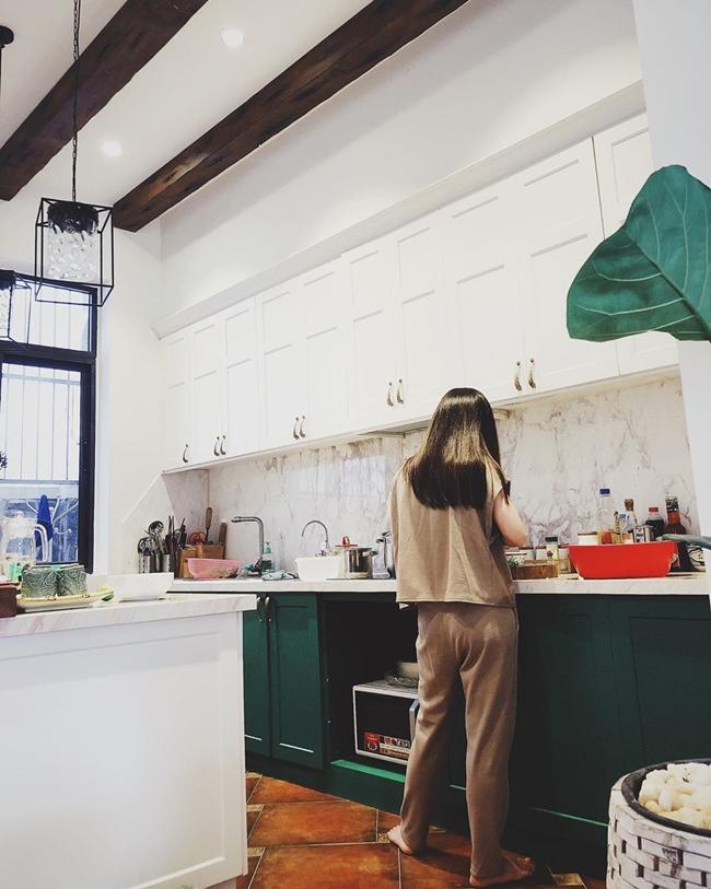 Hình ảnh giản dị của nữ ca sĩ khi vào bếp trổ tài nấu nướng trong biệt thự 20 tỷ khiến nhiều không nhận ra đây là một Hương Tràm nóng bỏng trên sân khấu.