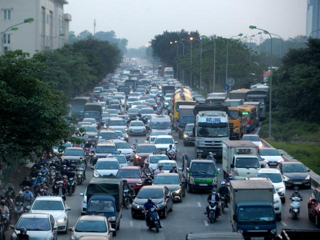 Người dân ùn ùn về quê nghỉ lễ, nhiều tuyến đường ở Hà Nội, TP.HCM kẹt xe kinh hoàng