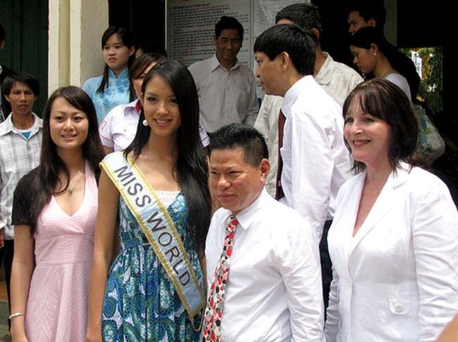 Hoa hậu Thế giới 2007 - Trương Tử Lâm từng được biết đến với quan hệ thân thiết với tỷ phú Hoàng Kiều của Việt Nam. Người đẹp sinh năm 1984 từng được tỷ phú Hoàng Kiều mời sang Việt Nam sau khi cô đăng quang ngôi vị Hoa hậu không lâu.