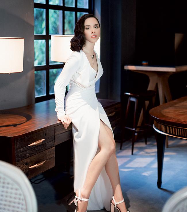 """Bên cạnh đó, cô còn được mệnh danh là """"bà trùm"""" bất động sản khi nắm trong tay đa số vốn của một sân golf 18 lỗ và 2 khách sạn 5 sao nằm ngay cạnh hồ Xuân Hương, trung tâm thành phố Đà Lạt."""