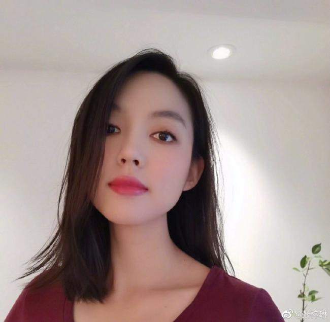 Mặt mộc đẹp không tỳ vết của Hoa hậu Trương Tử Lâm. Trên trang cá nhân, cô thường xuyên cập nhật hình ảnh cuộc sống bình dị của mình với người hâm mộ.