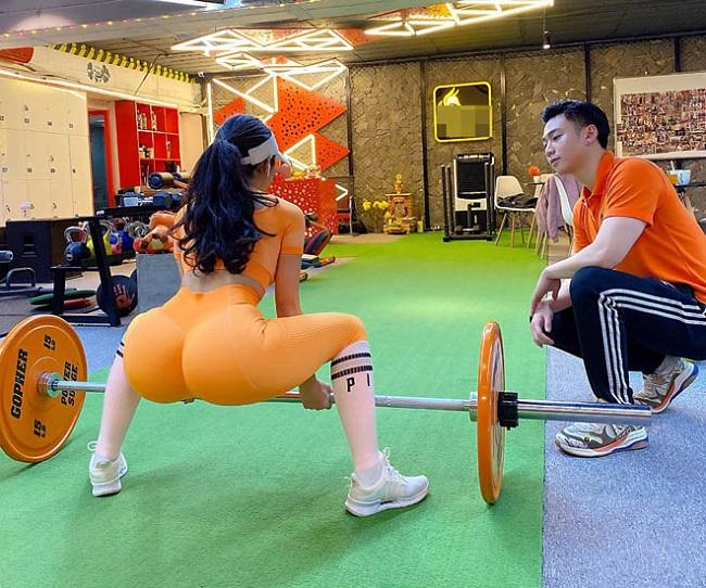 Đến hiện tại cân nặng dừng ở mốc 53kg. Số đo 3 vòng được cải thiện rõ rệt, lần lượt là 92-61-97 (cm).