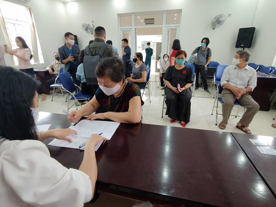 Hà Nội: Người dân vui mừng nhận tiền hỗ trợ khó khăn vì dịch COVID-19 trong ngày đầu nghỉ lễ - 1