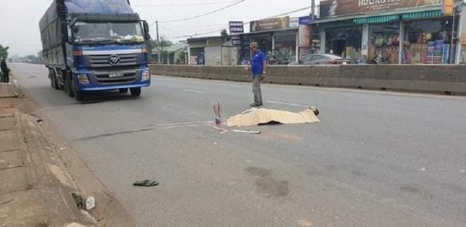 Phụ xe bất ngờ bị ô tô tải lùi cán tử vong khi đang kiểm tra xe trên QL1 - 1