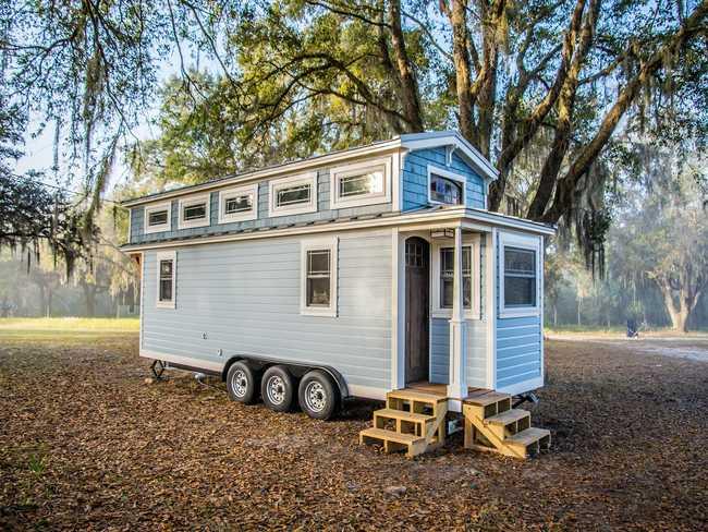 Sau 3 năm kết hôn, cặp vợ chồng trẻ quyết định dành số tiền tiết kiệm được để dựng một ngôi nhà di động chỉ 25 mét vuông, trải nghiệm một cuộc sống gần gũi với thiên nhiên và cũng để cách ly trong thời gian dịch bệnh.