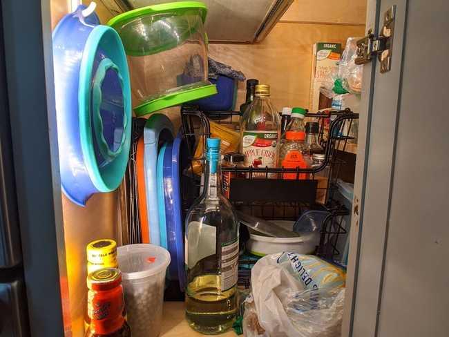 Những ngóc ngách bên dưới dù là nhỏ nhất cũng được tận dụng để lưu trữ một số đồ dễ bảo quản như các loại gia vị và bát đĩa.