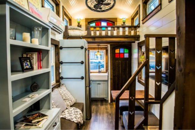"""""""Phòng khách"""" nhỏ chỉ đặt vừa một chiếc ghê sô pha và một chiếc bàn gỗ nhỏ để làm khu vực sinh hoạt chung."""