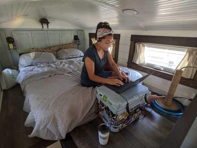 Sam thường làm việc tại nhà với chiếc máy tính của mình trên căn gác xép nhỏ. Cô ấy sử dụng máy làm mát như một bàn làm việc tạm thời.