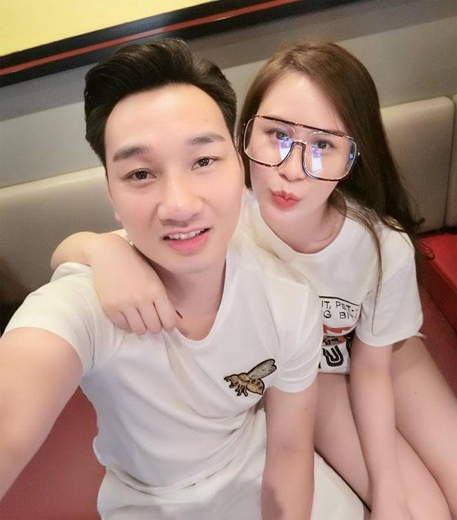 Cựu tiếp viên - Vợ MC Thành Trung đẹp thần tốc nhờ cho con bú - 1