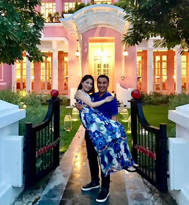 MC Quyền Linh và bà xã Diệu Thảo có cuộc sống hạnh phúc nhiều người ngưỡng mộ. Ở biệt thự triệu đô nhưng Quyền Linh có phong cách thời trang giản dị. Anh còn nổi tiếng là người chiều vợ chăm con.