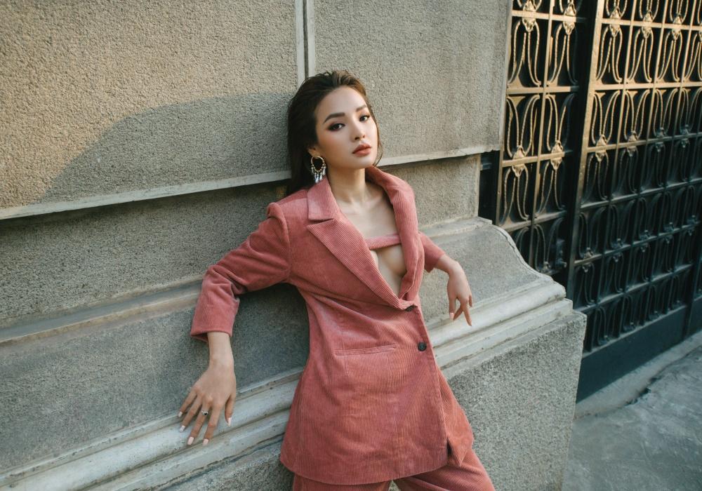 Mỹ nữ An Giang khoe vòng 1 táo bạo với trang phục dạo phố - 1