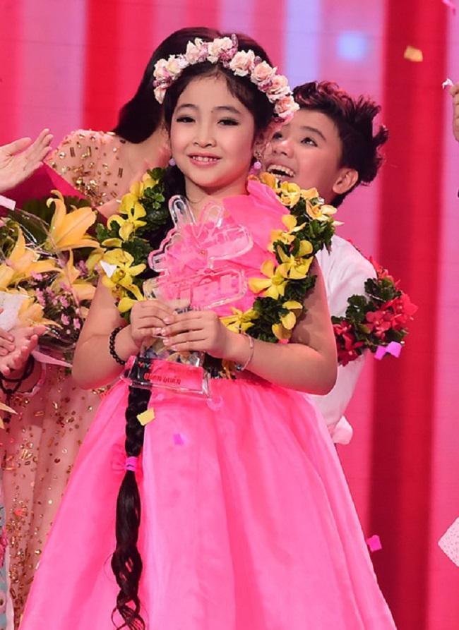 """Trịnh Nguyễn Hồng Minh sinh năm 2006. Cô bé đoạt giải quán quân """"Giọng hát Việt nhí"""" khi mới 9 tuổi."""