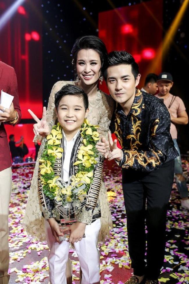 """Trịnh Nhật Minh là một trong những cái tên nổi bật của chương trình """"Giọng hát Việt nhí"""". Trước khi trở thành quán quân """"Giọng hát Việt nhí"""" 2016, Nhật Minh đã tham gia và nhận nhiều giải thưởng tại các cuộc thi như """"Đồ Rê Mí 2013"""" hay Á quân """"Young Hit Young Beat"""" 2015."""
