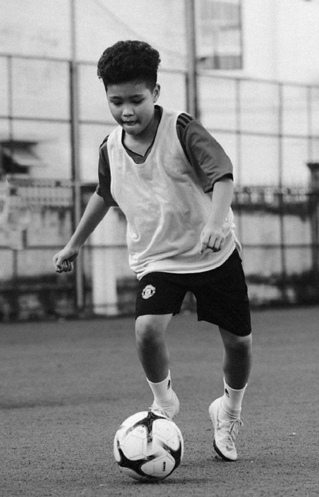 Ngoài đam mê ca hát, Nhật Minh còn có sở thích chơi bóng đá.