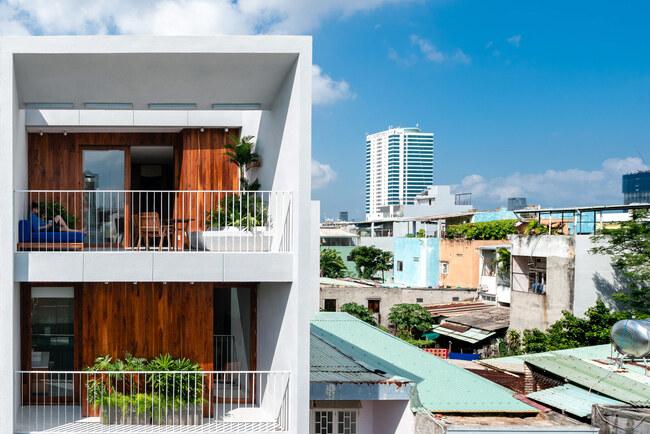 Ngôi nhà với tên Nắng được xây dựng trên mảnh đất rộng tới 500m2, nằm gần bờ biển của thành phố biển Đà Nẵng, cách bãi biển Mỹ Khê 500m.