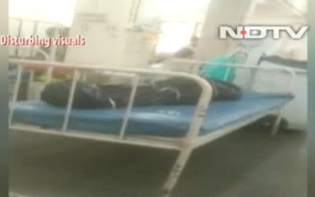 Ấn Độ: Bệnh nhân Covid-19 nằm cạnh người chết trong bệnh viện - 1